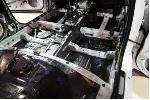 Шумовиброизоляция пола салона и багажника автомобиля.